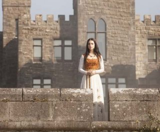 Adelaide Kane in un'immagine della serie televisiva Reign