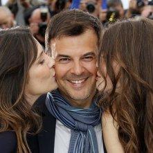 Jeune et jolie: il regista François Ozon baciato da Marine Vacth e Géraldine Pailhas a Cannes 2013