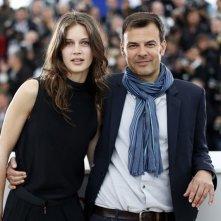 Jeune et jolie: il regista François Ozon insieme alla protagonista Marine Vacth durante il photocall a Cannes 2013