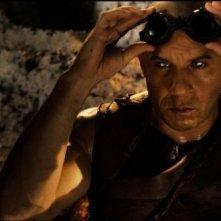 Riddick: lo sguardo vitreo di Vin Diesel in una scena del film diretto da David Twohy