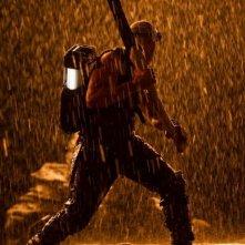 Riddick: Vin Diesel in azione sotto la pioggia in una scena del film