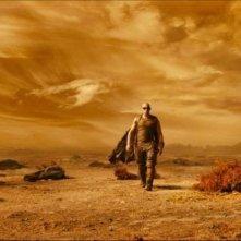 Vin Diesel immerso nel polveroso paesaggio di Riddick