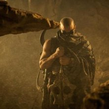 Vin Diesel, protagonista del fantascientifico Riddick, in una scena