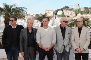 Behind the Candelabra: Michael Douglas con Matt Damon e Steven Soderbergh durante il photocall del Festival di Cannes 2013