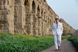 La grande bellezza: Toni Servillo passeggia tra gli scavi di Roma in una scena del film