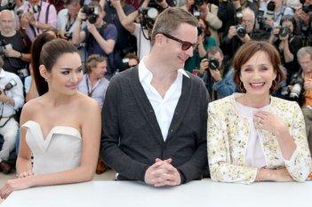 Only God Forgives: Nicolas Winding Refn con Kristin Scott Thomas e Rhatha Phongam durante il photocall di Cannes 2013