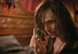 Only Lovers Left Alive: Tom Hiddleston impugna una pistola
