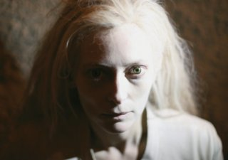 Only Lovers Left Alive: un primo piano della pallidissima Tilda Swinton
