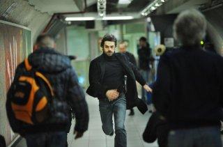 Cha Cha Cha: Luca Argentero in fuga in una scena del film