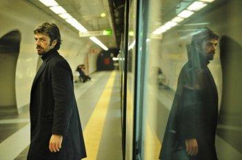 Cha Cha Cha: Luca Argentero sulla banchina della metropolitana in una scena del film