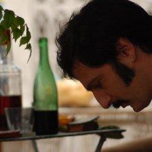 Infanzia clandestina: Ernesto Alterio in una scena del film nei panni di Zio Beto