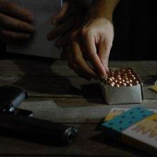 Infanzia clandestina: proiettili e pistola in una scena del film