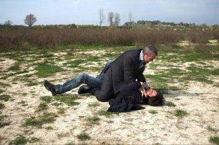 Cha Cha Cha: Claudio Amendola in una scena del film lotta con Luca Argentero