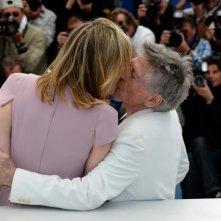 Venere in pelliccia a Cannes 2013: Polanski bacia la protagonista del suo film, Emmanuelle Seigner