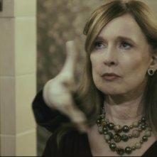 The Butterfly Room - La stanza delle farfalle: Barbara Steele aggredisce Camille Keaton alle spalle in una scena