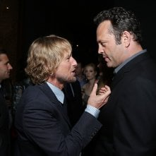Gli stagisti: Owen Wilson chiacchiera con Vince Vaughn sul red carpet della premiere del film a Westwood