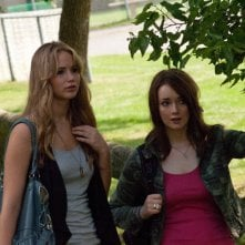 Jennifer Lawrence con Allie MacDonald in una scena di House at the End of the Street