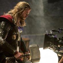 Thor: The Dark World, Chris Hemsworth e il suo martello davanti alla macchina da presa