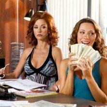 Catherine Zeta-Jones e Rebecca Hall in una scena di Una ragazza a Las Vegas