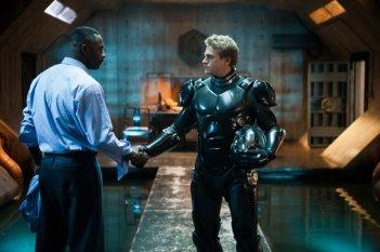 Idris Elba e Charlie Hunnam si stringono la mano in una scena di Pacific Rim