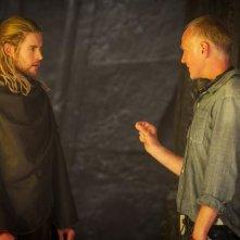 Thor: The Dark World: Chris Hemsworth riceve le istruzioni sul set dal regista Alan Taylor