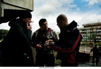 Gomorra - La serie: Il regista Stefano Sollima con Marco D'Amore e Salvatore Esposito sul set