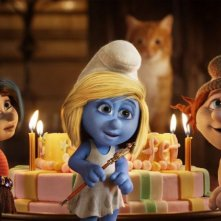 I Puffi 2: Pestifera e Frullo con Puffetta davanti ad una torta di compleanno
