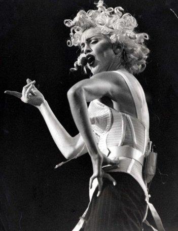 Madonna durante il suo Blond Ambition Tour, 1990