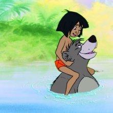 Il libro della giungla: il piccolo Mowgli in acqua sulle spalle del tenero orso Baloo