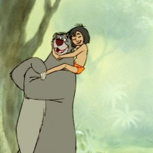 Il libro della giungla: il piccolo Mowgli sulle spalle del tenero orso Baloo in una scena