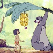 Il libro della giungla: Mowgli in cerca di banane con Baloo nella giungla in una scena del film