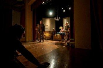 Tra cinque minuti in scena: una scena del film di Laura Chiossone a metà tra fiction e documentario