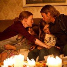 World War Z: Brad Pitt con Mireille Enos, Abigail Hargrove e Sterling Jerins in una scena