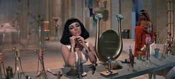 Elizabeth Taylor allo specchio in una scena di Cleopatra, del 1963
