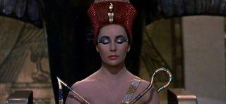 Elizabeth Taylor in una scena di Cleopatra, del 1963