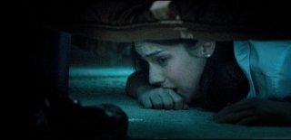La notte del giudizio: Adelaide Kane terrorizzata si nasconde dall'assassino in una scena