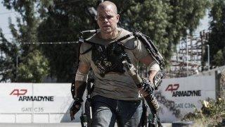 Elysium: Matt Damon sfodera una speciale tenuta da combattimento in una scena del film