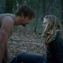 The East: Alexander Skarsgård e Brit Marling nel bosco in una scena del film