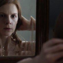 The Last Exorcism - Liberaci dal male: Ashley Bell si guarda allo specchio in una scena