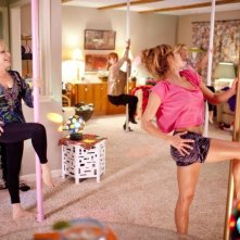 Bette Midler in una scena di Parental Guidance a lezione di lap dance