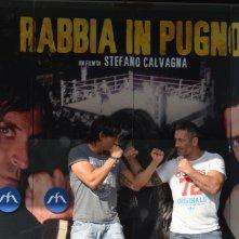 Claudio Del Falco vs. Mike Verginelli in una immagine scattata per la promozione del film Rabbia in Pugno.