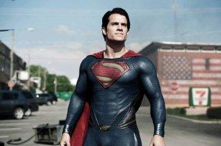 Henry Cavill nei panni di Superman in una scena de L'uomo d'acciaio