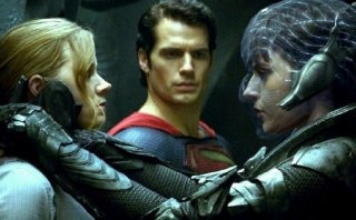 L'uomo d'acciaio: Henry Cavill, Amy Adams e Antje Traue in una sequenza