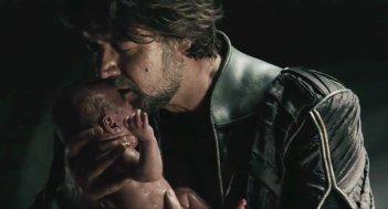L'uomo d'acciaio: Russell Crowe nei panni di Jor-El bacia il piccolo Clark Kent