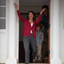 Marisa Tomei accoglie i genitori nella sua casa in una scena di Parental Guidance