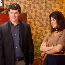 Marisa Tomei e Tom Everett Scott in una scena di Parental Guidance