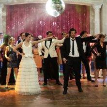 Se sposti un posto a tavola: gli sposi Lannick Gautry e Louise Monot danzano insieme agli invitati in una scena