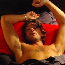Oggetti smarriti: Roberto Farnesi tra le lenzuola in una scena del film
