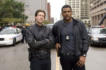 Tyler Perry insieme ad Edward Burns in una scena di Alex Cross