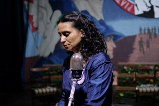 Violeta Went to Heaven: Francisca Gavilán nei panni della cantante e poetessa cilena Violeta Parra in una scena
